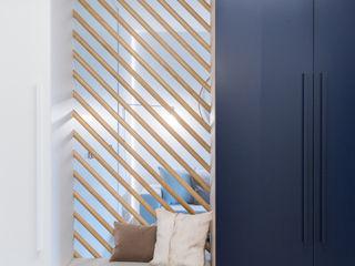 formativ. indywidualne projekty wnętrz Pasillos, vestíbulos y escaleras de estilo minimalista Madera Azul