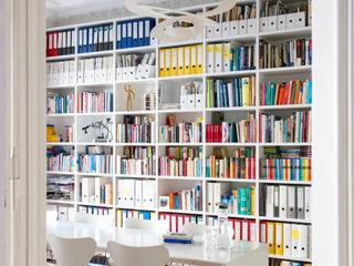 GANTZ - Bücherregal nach Maß in Berliner Altbau GANTZ - Regale und Einbauschränke nach Maß Minimalistische Arbeitszimmer Holzwerkstoff Weiß