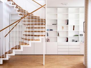 GANTZ - Bücherregal nach Maß unter Wendeltreppe mit Schreibtisch GANTZ - Regale und Einbauschränke nach Maß ArbeitszimmerSchränke und Regale Holzwerkstoff Weiß