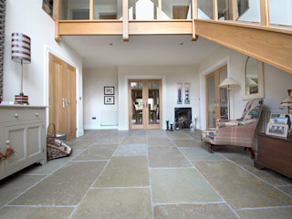 A Beautiful Entrance: Umbrian Limestone Quorn Stone ラスティックスタイルの 玄関&廊下&階段 石灰岩