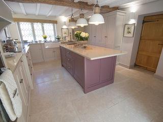 Country Cottage: Dijon Tumbled Limestone Quorn Stone カントリーデザインの キッチン 石灰岩