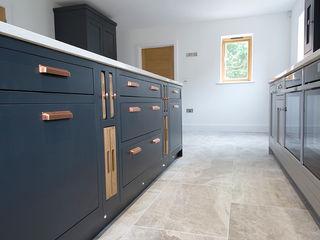 Luxury Kitchen: Silver Cloud Limestone Quorn Stone モダンな キッチン 石灰岩