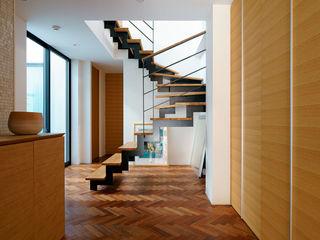 ナゴノハウス(狭小地における都市型住宅) H建築スタジオ モダンスタイルの 玄関&廊下&階段
