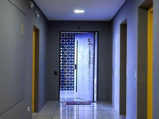 Nautilo Arquitetura & Gerenciamento Couloir, entrée, escaliers industriels Fer / Acier Jaune