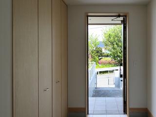 アトリエdoor一級建築士事務所 現代風玄關、走廊與階梯 White