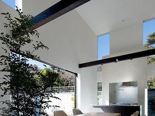 松岡淳建築設計事務所 Modern dining room Concrete White