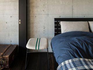 Kigaeru Flat 山本嘉寛建築設計事務所 YYAA Rustic style bedroom Concrete Grey