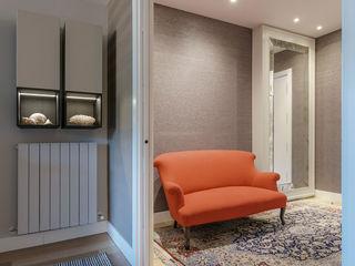Urbana Interiorismo Ingresso, Corridoio & Scale in stile moderno