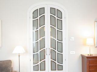 Reforma integral de apartamento modernista en Barcelona ETNA STUDIO Puertas de entrada Madera Blanco
