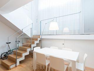 Conversión de un local comercial en vivienda en Barcelona ETNA STUDIO Estudios y despachos de estilo minimalista Madera Blanco