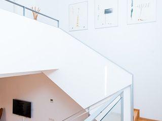 Conversión de un local comercial en vivienda en Barcelona ETNA STUDIO Pasillos, vestíbulos y escaleras de estilo minimalista Madera Blanco