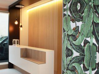 ALMA DESIGN Modern Corridor, Hallway and Staircase