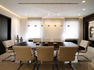 Proyecto Años Luz Milan Iluminación Estudios y despachos de estilo moderno Blanco