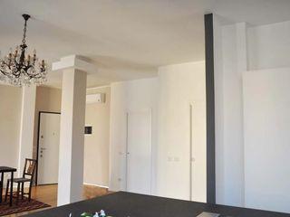 Appartamento in città atelier architettura Ingresso, Corridoio & Scale in stile moderno
