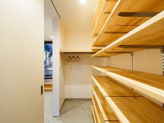 一級建築士事務所haus Skandynawski korytarz, przedpokój i schody Drewno Biały