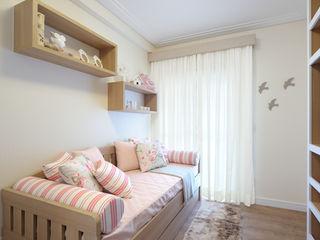 Aline Dinis Arquitetura de Interiores Phòng ngủ bé gái Gỗ Wood effect