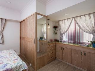Color-Lotus Design Dormitorios de estilo escandinavo Madera maciza Acabado en madera
