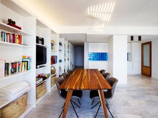Apartamento en la costa Singularq Architecture Lab Salones de estilo mediterráneo