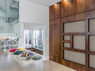 okha arquitetura e design Modern living room Wood White
