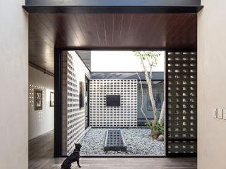 P11 ARQUITECTOS 現代風玄關、走廊與階梯