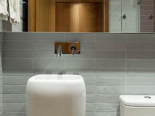 SAINZ arquitetura Phòng tắm phong cách hiện đại Gỗ Grey
