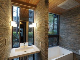一級建築士事務所 (有)BOFアーキテクツ Asian style bathroom