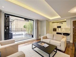 St James' central London Suzanne Tucker Interiors 现代客厅設計點子、靈感 & 圖片 White