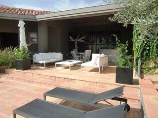 KAEL Createur de jardins Balcones y terrazas de estilo mediterráneo Blanco