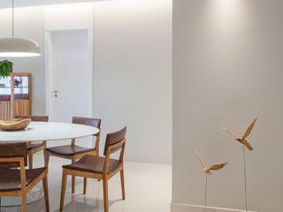 Amis Arquitetura e Decoração Modern corridor, hallway & stairs