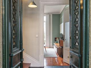 ShiStudio Interior Design Rustic style corridor, hallway & stairs Wood Green