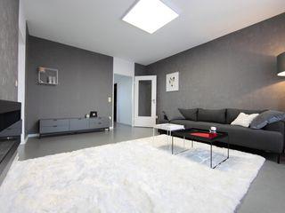 Wohnzimmer mit Kamin und roten Akzenten nadine buslaeva interior design Minimalistische Wohnzimmer