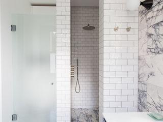 Brook Green, London Townhouse My-Studio Ltd Minimalistische Badezimmer Fliesen Weiß