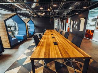 A modern co-working space in Amsterdam Ivy's Design - Interior Designer aus Berlin ArbeitszimmerSchreibtische Holz Braun