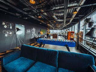 A modern co-working space in Amsterdam Ivy's Design - Interior Designer aus Berlin WohnzimmerCouch- und Beistelltische Textil Blau