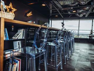 A modern co-working space in Amsterdam Ivy's Design - Interior Designer aus Berlin KücheTische und Sitzmöbel Plastik Transparent
