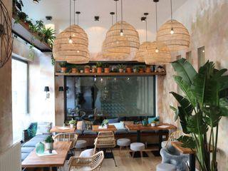 Deli Bar and Restaurant Ivy's Design - Interior Designer aus Berlin EsszimmerBeleuchtungen Rattan/Korb Beige