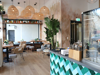 Deli Bar and Restaurant Ivy's Design - Interior Designer aus Berlin Wände & BodenWand- und Bodenbeläge Holzspanplatte Braun