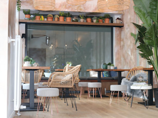 Deli Bar and Restaurant Ivy's Design - Interior Designer aus Berlin EsszimmerStühle und Bänke Rattan/Korb Beige