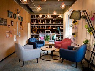 A lively co- working area 01 Ivy's Design - Interior Designer aus Berlin Klassische Wohnzimmer Holz-Kunststoff-Verbund Mehrfarbig
