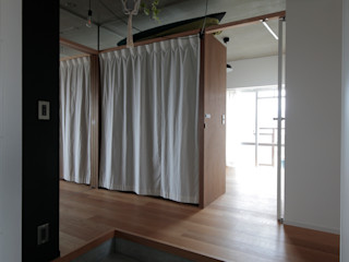 ニュートラル建築設計事務所 Minimalist corridor, hallway & stairs Wood