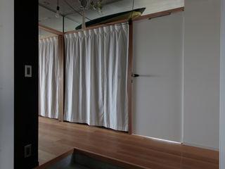 ニュートラル建築設計事務所 Minimalist corridor, hallway & stairs Wood Black