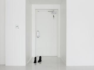 husk design 허스크디자인 Modern corridor, hallway & stairs