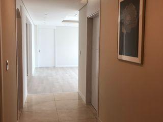 아임커뮤니케이션즈 Modern corridor, hallway & stairs