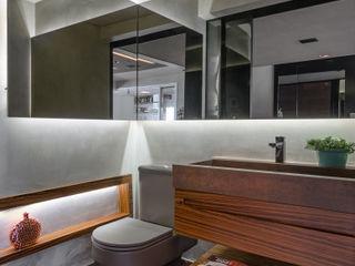 okha arquitetura e design Modern bathroom Iron/Steel Brown