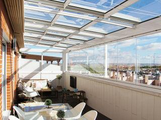 Cerramiento de techo móvil cortina de cristal en Madrid Fraimar Aluminios S.L. Balcones y terrazas de estilo moderno Aluminio/Cinc Blanco