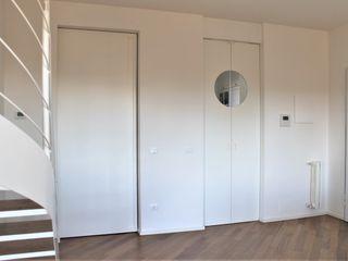 RISTRUTTURAZIONE PARZIALE APPARTAMENTO 140 mq Milano sud-ovest HBstudio Ingresso, Corridoio & Scale in stile moderno Bianco