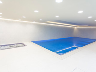 Smaller spaces can have beautiful pools London Swimming Pool Company Piscinas infinitas Concreto Bege