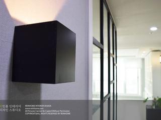 리인홈인테리어디자인스튜디오 Modern corridor, hallway & stairs