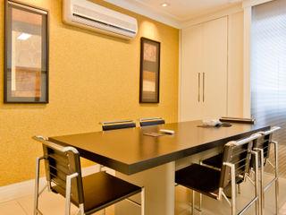 Escritório de Importação Enzo Sobocinski Arquitetura & Interiores Espaços comerciais modernos Derivados de madeira Ambar/dourado