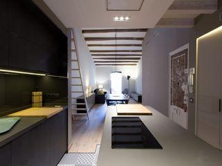 LOFT EN BARCELONA Proyecto de interiorismo para convertir un antiguo piso en un loft donde se valora la calidad del espacio CREAPROJECTS. Interior design. Cocinas integrales